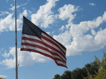 Bandeira americana que acena no céu Imagens de Stock Royalty Free
