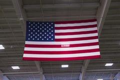 Bandeira americana que pendura das vigas Imagem de Stock