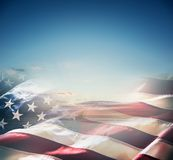 Bandeira americana sobre um por do sol ou um nascer do sol bonito imagens de stock royalty free