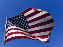 A bandeira americana Unfurled enche o quadro com a bandeira dos Estados Unidos branca e azul vermelha fotos de stock royalty free
