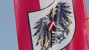 Bandeira austríaca com brasão, emblema nacional que acena no céu vídeos de arquivo