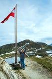 Bandeira austríaca acima da montanha dos alpes Fotografia de Stock Royalty Free