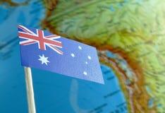 Bandeira australiana com um mapa do globo como um fundo foto de stock royalty free