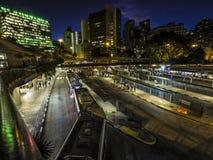 Bandeira-Autobusstation nachts lizenzfreie stockfotografie
