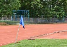 Bandeira azul no canto das pistas de atletismo imagens de stock royalty free