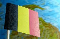 Bandeira belga com um mapa do globo como um fundo imagens de stock