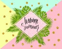 Bandeira bem-vinda do verão, cartaz com folhas de palmeira, folha da selva, ouropel do ouro e rotulação da escrita Fundo tropical Fotos de Stock Royalty Free