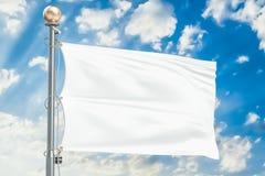 Bandeira branca que acena no céu nebuloso azul, rendição 3D Foto de Stock