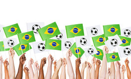 Bandeira brasileira aumentada da terra arrendada de braços para o campeonato do mundo Fotos de Stock Royalty Free