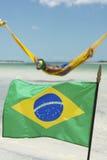 Bandeira brasileira que acena na frente das redes da praia imagens de stock