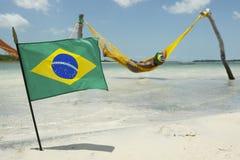 Bandeira brasileira que acena na frente das redes da praia foto de stock royalty free