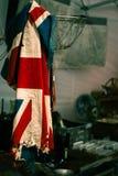 Bandeira britânica esfarrapada que pendura em uma loja antiga fotos de stock royalty free