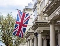 A bandeira britânica que acena no dia de mola de Brexit Arquitetura de Londres na rua de Kensington imagens de stock royalty free
