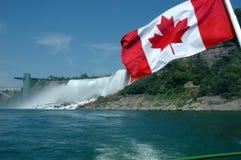 Bandeira canadense em Niagara Falls Foto de Stock