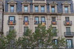 Bandeira Catalan Estelada que pendura dos balcões em Barcelona, Espanha Fotos de Stock Royalty Free