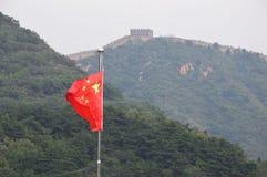 Bandeira chinesa com o Grande Muralha de China no fundo Imagem de Stock