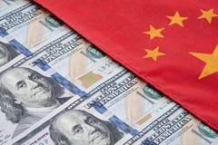 Bandeira chinesa e de dólar americano cédula Consulte para opor entre dois países China e EUA Conceito da guerra comercial imagens de stock royalty free