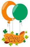 Bandeira com o trevo de quatro folhas, balões Felicitações ao dia do St Patrick Fotos de Stock Royalty Free