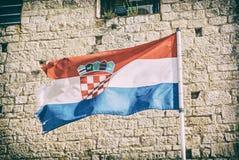 Bandeira croata no fundo de pedra, filtro análogo imagens de stock royalty free