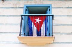 Bandeira cubana indicada na janela à moda colonial foto de stock