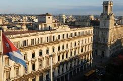 Bandeira cubana na frente da construção colonial em Centro Havanna foto de stock royalty free