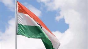 A bandeira da Índia acena no vento no movimento lento
