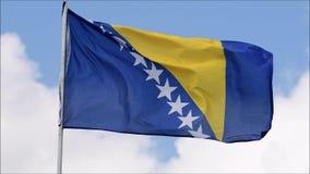 A bandeira da Bósnia e da Herzegovina acena no vento no movimento lento