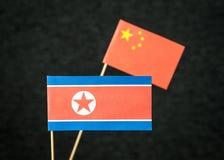 A bandeira da Coreia do Norte e da China feitas do papel Fotos de Stock Royalty Free