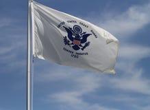 Bandeira da guarda costeira do Estados Unidos com céu azul Fotos de Stock