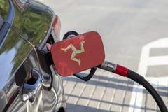 Bandeira da ilha do homem na aleta do enchimento do combustível do ` s do carro fotografia de stock
