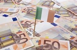 Bandeira da Irlanda que cola em 50 cédulas do Euro (série) Imagem de Stock Royalty Free