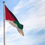 Bandeira da revolta árabe com o céu azul em Aqaba imagens de stock royalty free