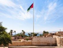 Bandeira da revolta árabe sobre o castelo de Mamluk em Aqaba fotografia de stock royalty free