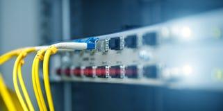 Bandeira da tecnologia Feche acima do cabo de fibra ?tica Cremalheiras dos servidores Separa o computador em uma cremalheira no g fotos de stock royalty free