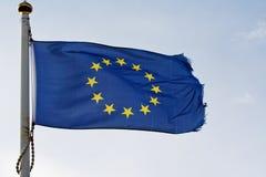 A bandeira da União Europeia no flagpole imagens de stock