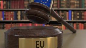Bandeira da União Europeia no martelo de queda dos juizes no tribunal Justiça ou a jurisdição nacional relacionaram 3D conceptual filme