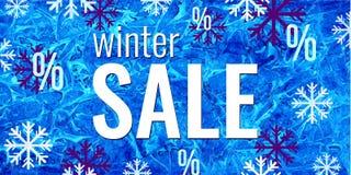 Bandeira da venda do inverno do vetor Texto e flocos de neve no fundo congelado azul da aquarela Conceito sazonal da compra do ne Foto de Stock Royalty Free