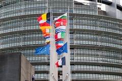 A bandeira das bandeiras e do França da União Europeia voa na meia haste Fotografia de Stock Royalty Free