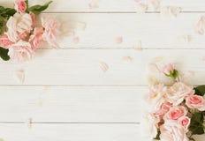 Bandeira das flores Background Ramalhete de rosas cor-de-rosa bonitas no fundo de madeira branco foto de stock