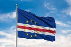 Bandeira das ilhas de Cabo Verde que acenam no vento contra o céu azul nebuloso branco Bandeira cabo-verdiana fotos de stock