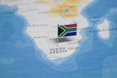 A bandeira de África do Sul no mapa do mundo fotos de stock royalty free