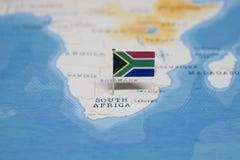 A bandeira de África do Sul no mapa do mundo foto de stock royalty free