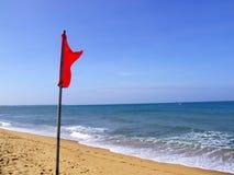 Bandeira de advertência da praia Fotografia de Stock