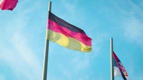 Bandeira de Alemanha que acena no vento na frente do céu azul filme