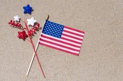 Bandeira de Amrican no Sandy Beach Fotos de Stock Royalty Free