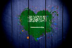 Bandeira de Arábia Saudita na forma de um coração em um fundo escuro fotos de stock royalty free