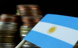 A bandeira de Argentina que acena com a pilha de dinheiro inventa Fotografia de Stock