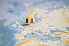 A bandeira de Bélgica no mapa do mundo foto de stock royalty free