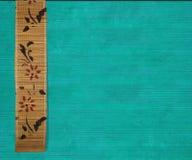 Bandeira de bambu da flor na madeira de aquamarine imagens de stock royalty free