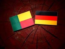 Bandeira de Benin com bandeira alemão em um coto de árvore fotos de stock